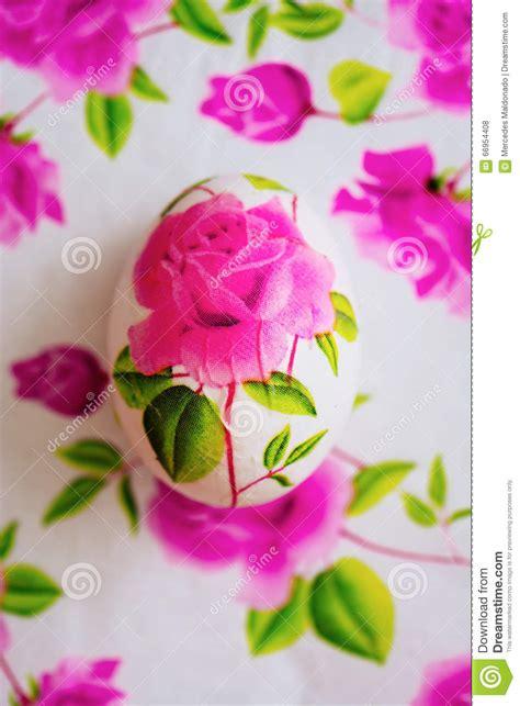 fiori fatti con tovaglioli di carta uovo di pasqua di decoupage decorato con il abov fiorito