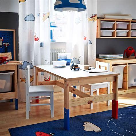 kinderzimmer ikea blau ein kinderzimmer mit sansad kindertisch aus kiefernholz in