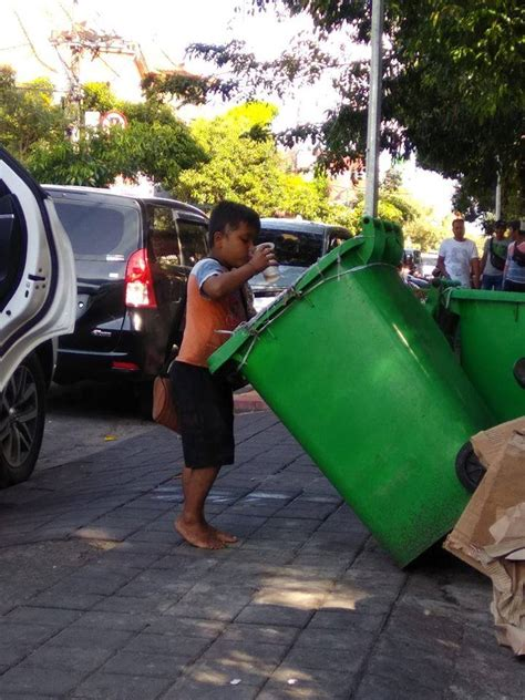viral bocah makan  minum makanan sisa  tong sampah
