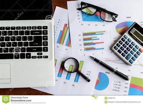 bureau d enqu黎es et d analyses ordinateur portable sur la feuille de calcul de bureau de