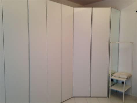armadio spogliatoio prezzi armadio battente con gola laccato e cabina spogliatoio