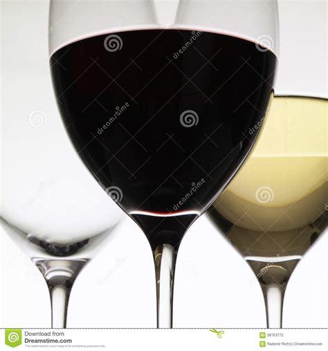 bicchieri da vino bianco e rosso bicchieri di vino con vino rosso e bianco fotografia stock