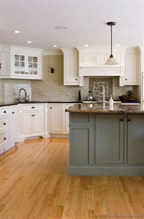 traditional kitchen color schemes 97 best two tone kitchens images on pictures