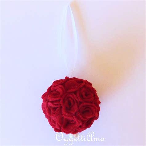 palla di fiori palla di fiori di feltro rossa una decorazione romantica