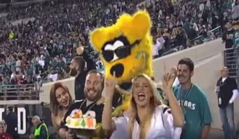 jacksonville jaguars mascot football mascot turns total thug on hogging