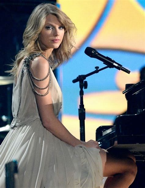 taylor swift and olivia hug 1000 images about t swizzle on pinterest out of the