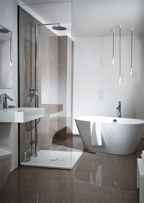 und badezimmer bad mit freistehende badewanne und dusche grafffit