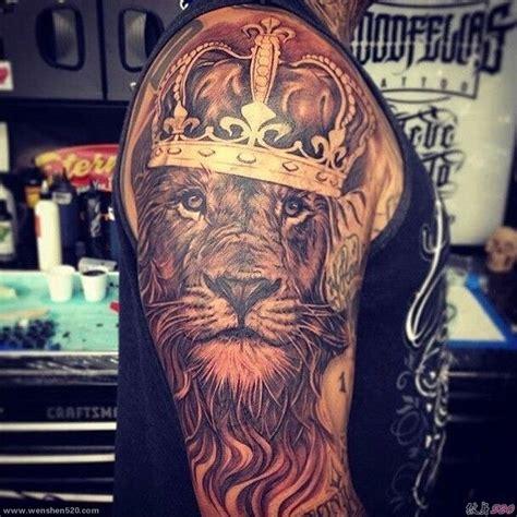 男子右手臂上头戴皇冠的狮子头纹身动物图案纹身