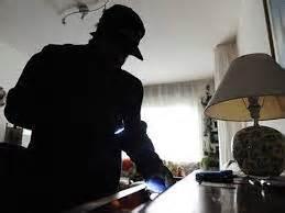 tutto nel sedere prende a calci nel sedere ladro scoperto in casa