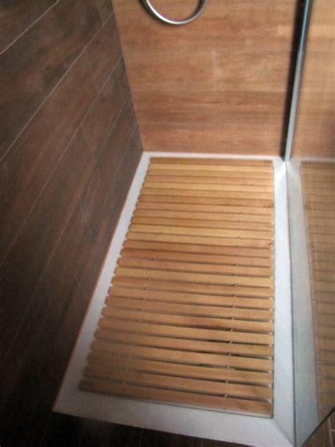 piatto doccia in legno foto piatto doccia filo pavimento con pedana in legno su