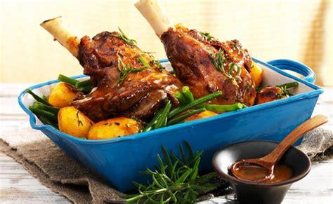 cucinare lo stinco di maiale al forno ricetta stinco di maiale al forno con patate leitv