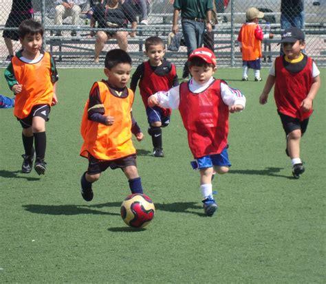 imagenes de niños jugando al futbol imagenes de ni 241 os jugando futbol imagui