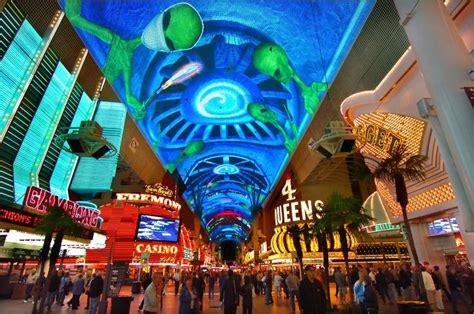 fremont street light show schedule teen on a zip line in las vegas urinates on tourists below