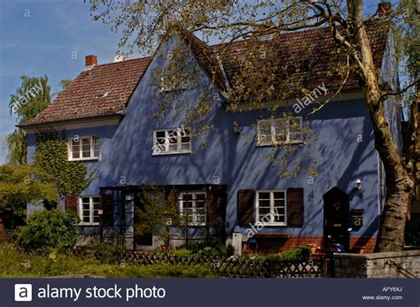 buy house in berlin berlin blue house hufeisensiedlung horseshoe estate by bruno taut stock photo