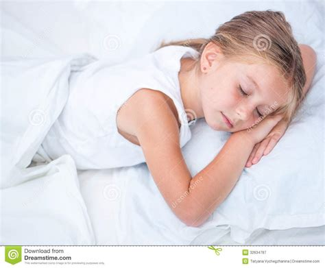 ragazze nel letto ragazza che dorme nel letto bianco immagine stock