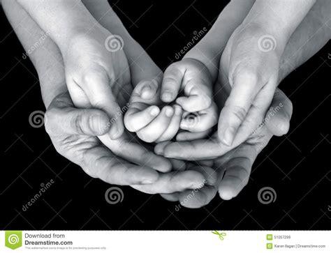 fotos en blanco y negro familia fine in bianco e nero sull immagine delle mani sostenenti