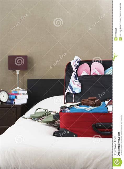 la valigia sul letto apra la valigia sul letto immagine stock immagine di