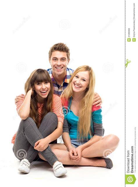 imagenes de jovenes libres tres personas jovenes foto de archivo imagen de sentada