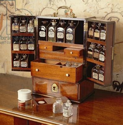 Portable medicine cabinet, early 19th century (mahogany