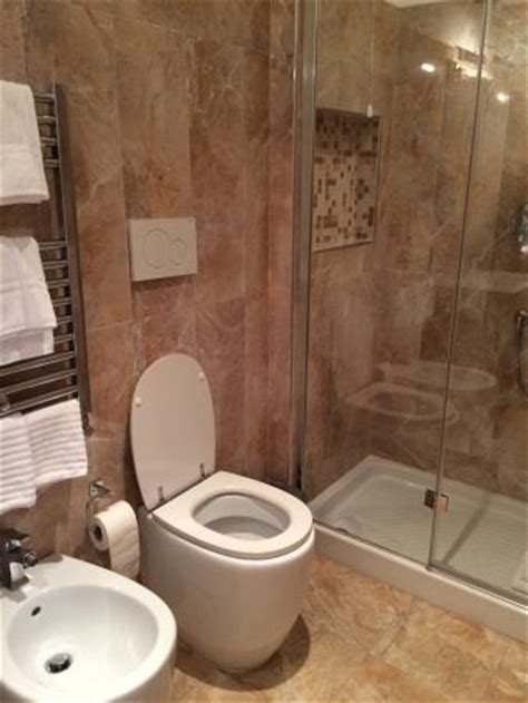 good size bathroom with shower cubicle foto di infinity