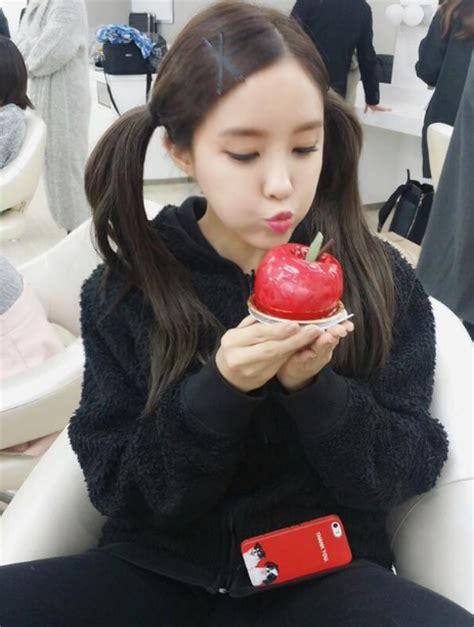 T Ara Apple t ara s hyomin snapped pictures with apple t ara world