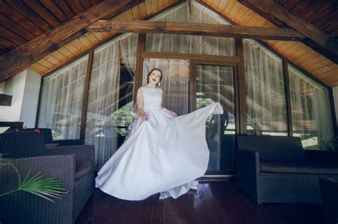 levantando faldas levantando faldas novia levantando la falda del vestido
