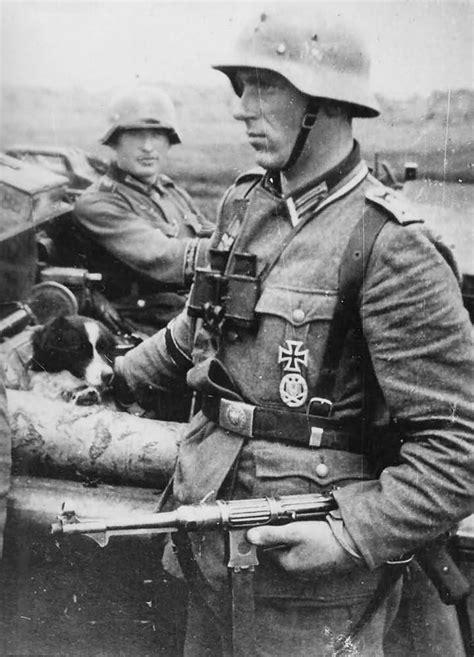 German Officer with MP38 submachine gun | World War Photos