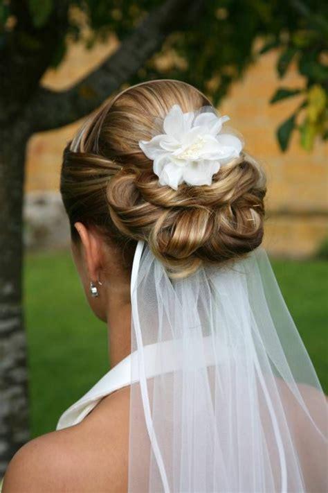 Hochsteckfrisuren Hochzeit Mit Blumen by 30 Brauthaarschmuck Ideen F 252 R Eine Charmante Hochzeitsfrisur