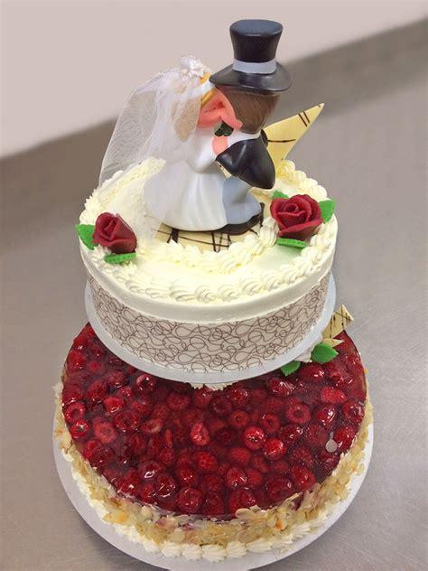 Exklusive Hochzeitstorten by Die Etwas Andere Hochzeits Torte Im Sahnigen Bett Liegt