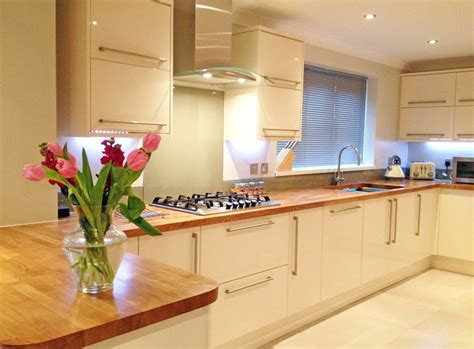 cream gloss kitchen tile ideas cream gloss kitchen oak worktop google search kitchen