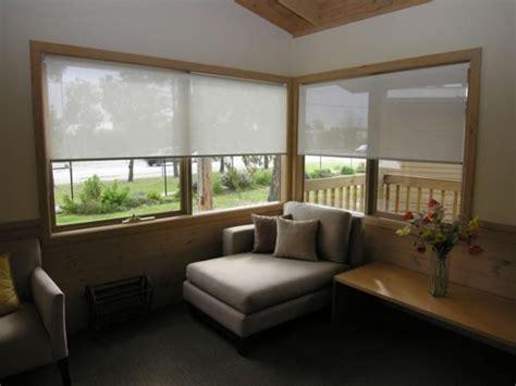 decorare ferestre living model de rolete textile translucide imprimeu alb pentru