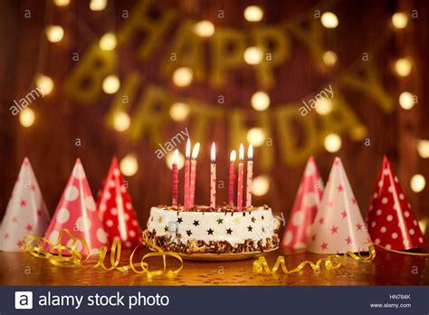 torta con candele buon compleanno torta con candele sullo sfondo delle