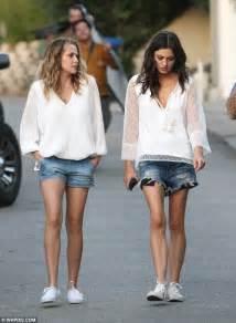 teresa palmer sister phoebe tonkin and teresa palmer dress like twins daily