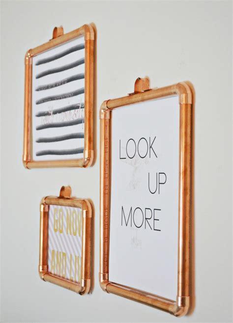 pareti con cornici decorare le pareti di casa con cornici e block notes
