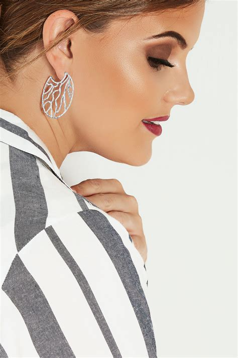div placement silver hammered circular earrings