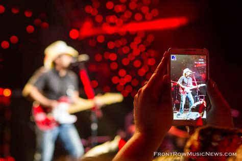 country music concerts in america 2014 brad paisley concert in chicago