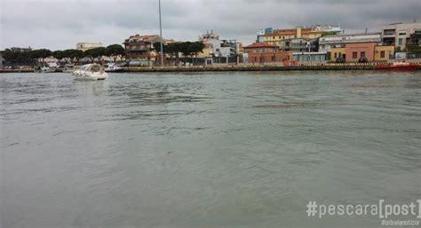 capitaneria di porto di pescara macchia scura nel porto canale in corso i prelievi della