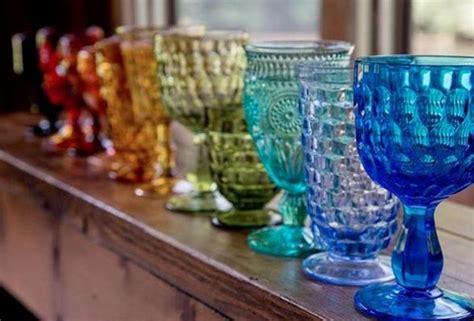 apparecchiare la tavola bicchieri apparecchiare la tavola con piatti bicchieri e posate spaiate