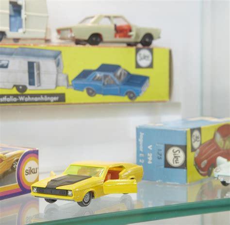 len 60er 70er spielzeugautos einblick in die halle der 3500 automodelle