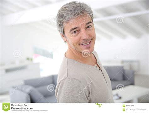 brustmuskeltraining zu hause mann reifer gutaussehender mann der zu hause l 228 chelt stockfoto
