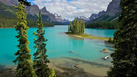 Maligne Lake in Jasper, Alberta   Expedia.ca