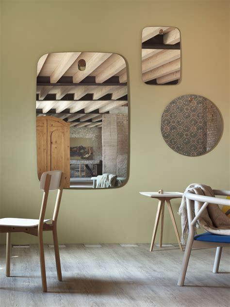 specchio soggiorno arredare con gli specchi eleganti e gli specchi moderni