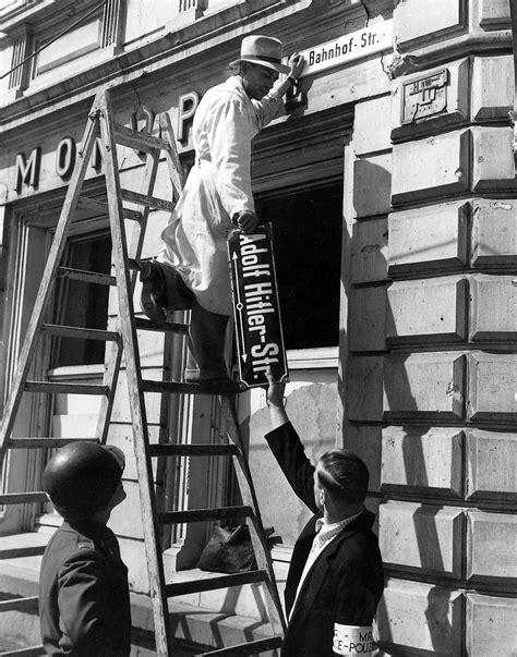 LeMO-Objekt: Abmontieren des Schilds Adolf-Hitler-Straße