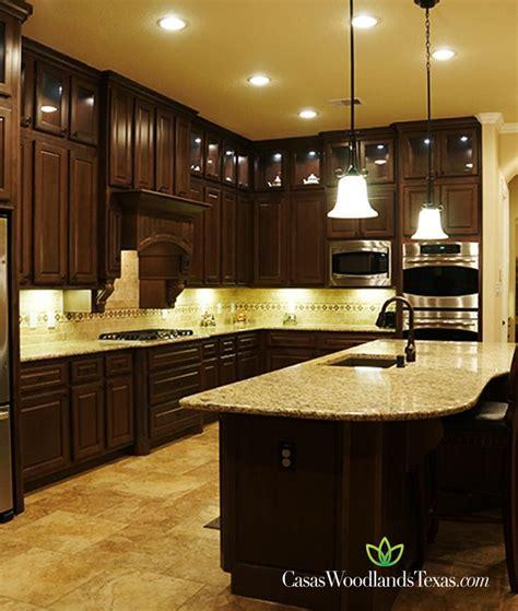 cocina completamente equipada  gabinetes de madera