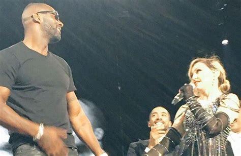 Idris Elba, o DJ, se apresenta e sobe ao palco com Madonna