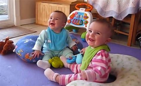 neonato 10 mesi alimentazione gemelline di 10 mesi festeggiano il ritorno padre