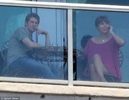 taylor swift dating someone taylor swift is rumored to be dating someone find out who