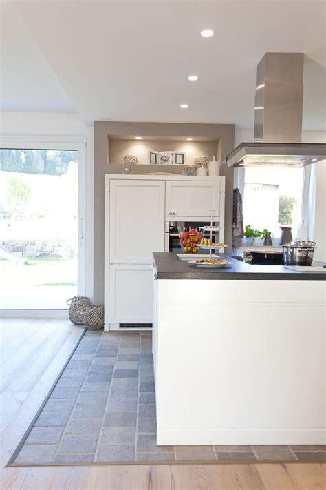 schwarzer naturstein moderne aber auch rustikale k 252 che im landhaus design in