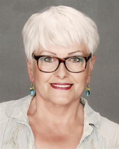 Virtual online makeover for women over 50