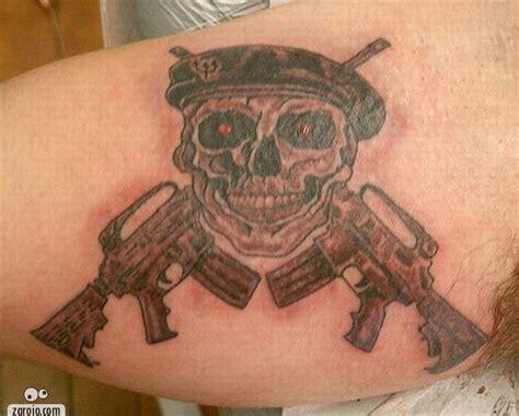 homem tatuagem caveira com armas